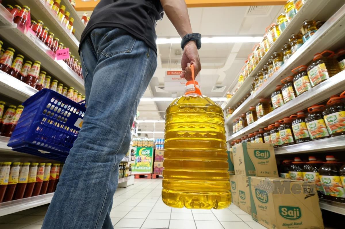 Kualiti minyak masak sawit bersubsidi yang dijual dalam polibeg adalah sama dengan dijual dalam botol, kata Menteri Perdagangan Dalam Negeri dan Hal Ehwal Pengguna Datuk Seri Alexander Nanta Linggi. FOTO BERNAMA